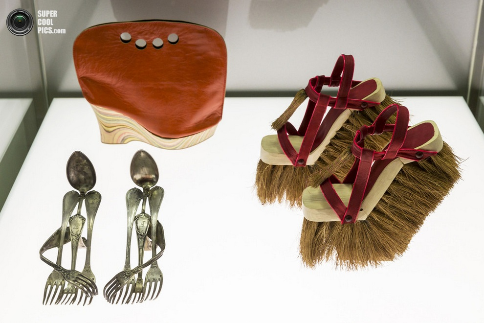 «Столовые приборы» Лорен Джонстон (Lauren Johnstone), «Обувь-сумка» Астрид Янсен (Astrid Jansen) и «Метлы» Соль Алонсо (Sol Alonso). (Joern Haufe/Getty Images)