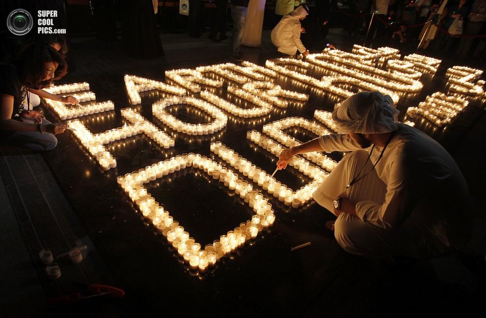 Зажжение свечей близ небоскрёба «Бурдж-Халифа», Дубай, ОАЭ. (REUTERS/Jumana El Heloueh)