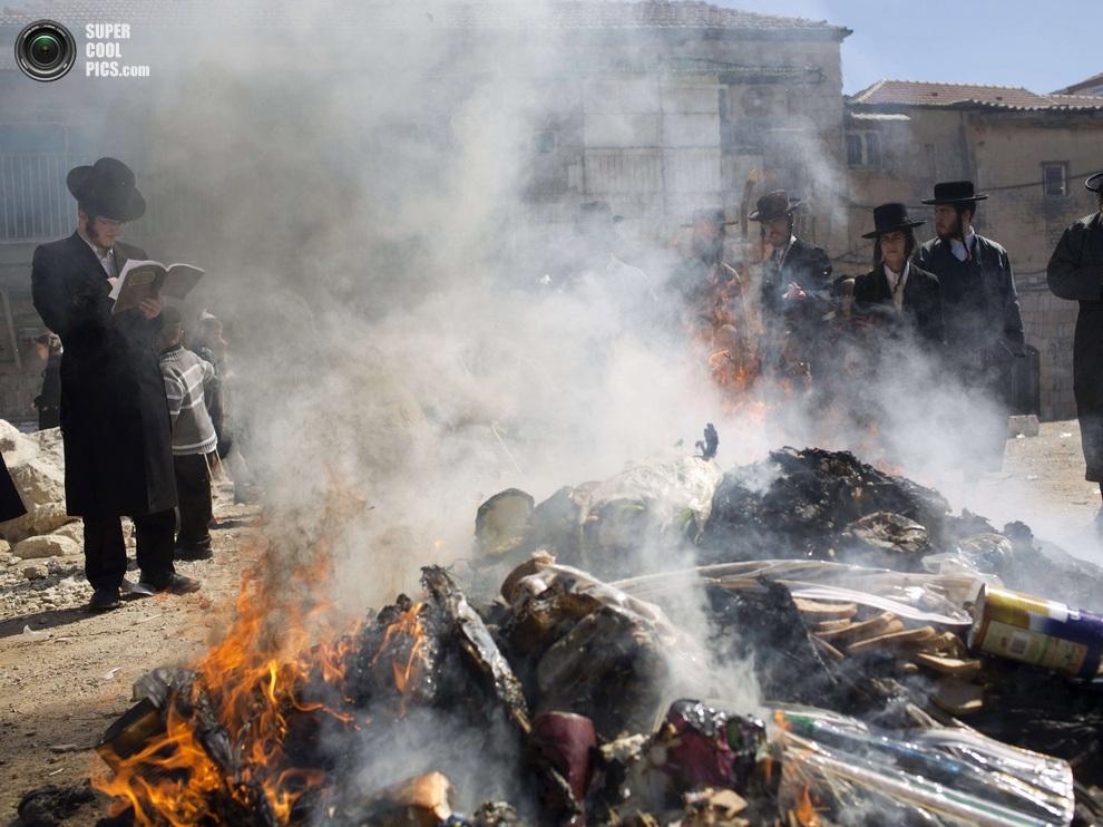 Жители Иерусалима собираются большими группами — здесь не так много мест, где можно запросто палить костры. (MENAHEM KAHANA/AFP/Getty Images)
