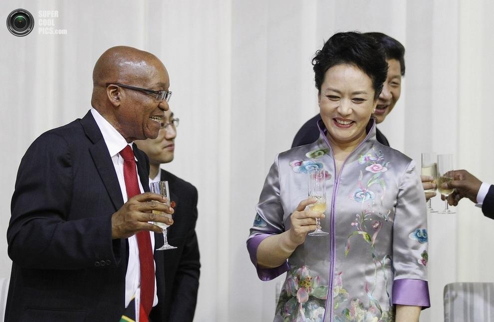Президент ЮАР Джейкоб Зума разделяет тост с красавицей Пэн Лиюань, Претория, Южная Африка, 26 марта 2013 года. (REUTERS/Siphiwe Sibeko)