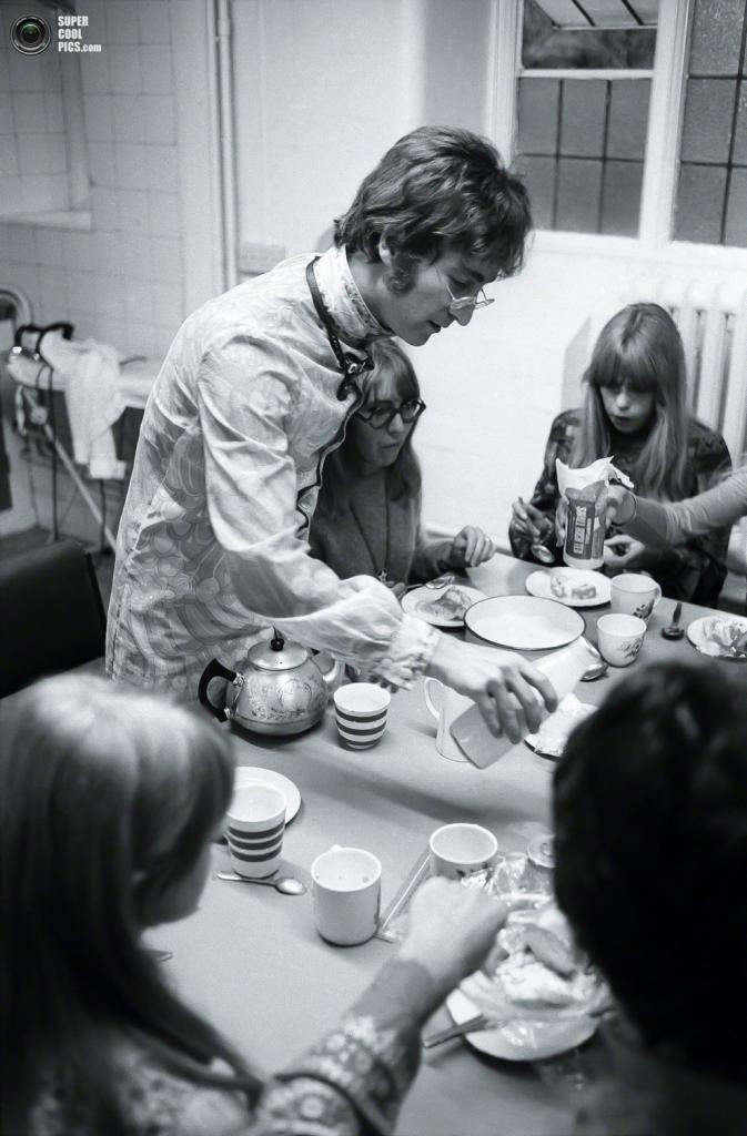 Джон Леннон разливает молоко. (Henry Grossman)