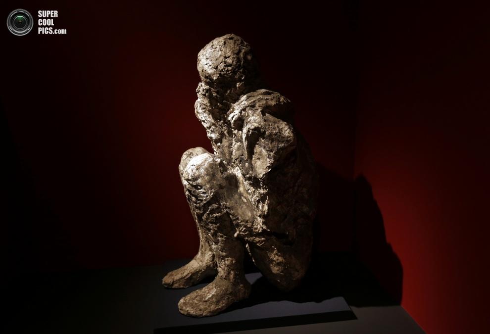 Фигура мужчины, погребённого под вулканическом пеплом. Она сделана путём заполнения пустоты в породе, которую когда-то занимало его тело. (AP Photo/Lefteris Pitarakis)