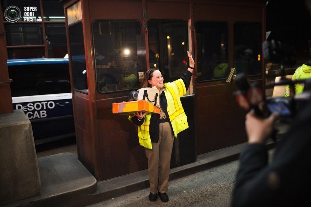 Мэрилин Альвардо навсегда покидает свой пост на мосту «Голден-Гейт». (REUTERS/Stephen Lam)