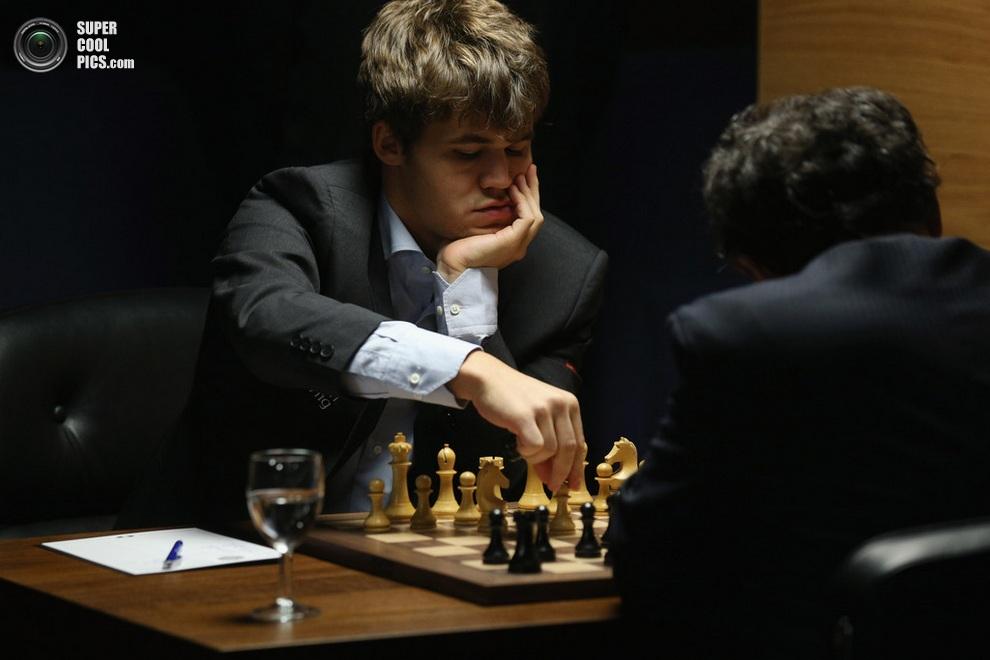 Карлсен делает ход. (Oli Scarff/Getty Images)