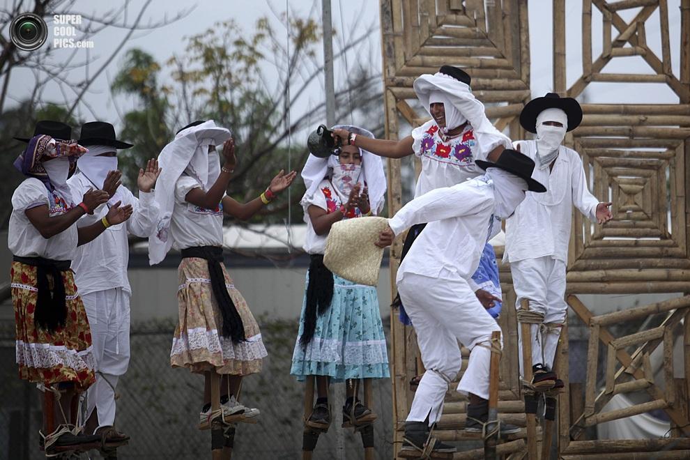 Эквилибристы «Лос-Санкудос-де-Саакила» на специальных конструкциях-ходулях. (AP Photo/Felix Marquez)