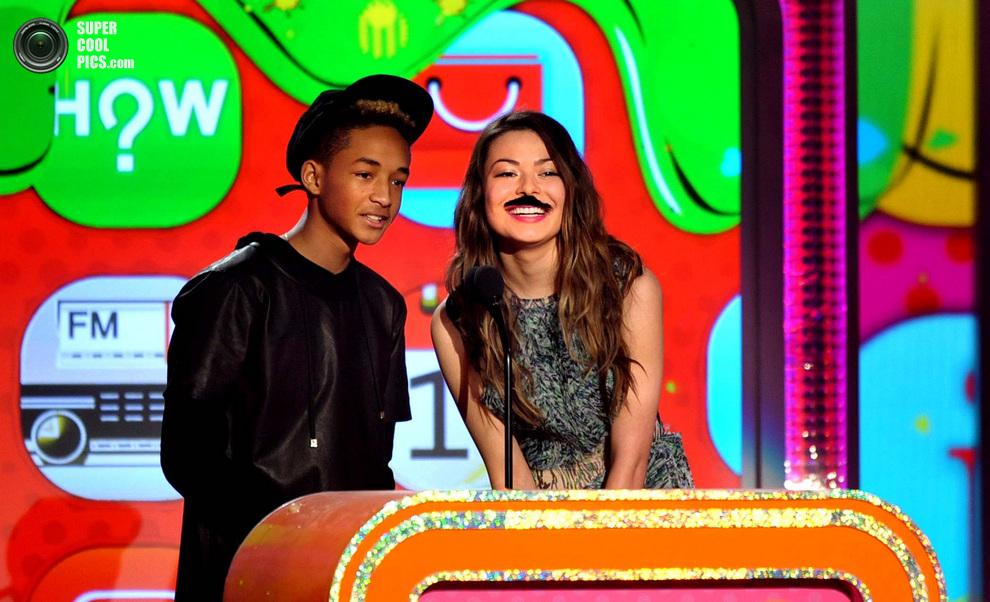 Джейден Смит и усатая Миранда Косгроув представляют победителя в номинации «Любимый голос из анимационного фильма». (John Shearer/Invision)