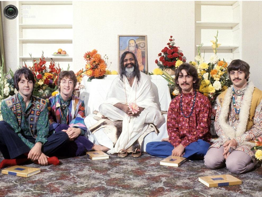 «Ливерпульская четвёрка» позирует для фото с индийским гуру Махариши Махешем Йоги. (Henry Grossman)