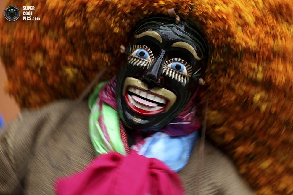 Циркач из труппы «Лос-Сойякапотерос» во время представления на культурно-музыкальном фестивале «Кумбре-Тахин 2013», Папантла-де-Оларте, штат Веракрус, Мексика. (AP Photo/Felix Marquez)