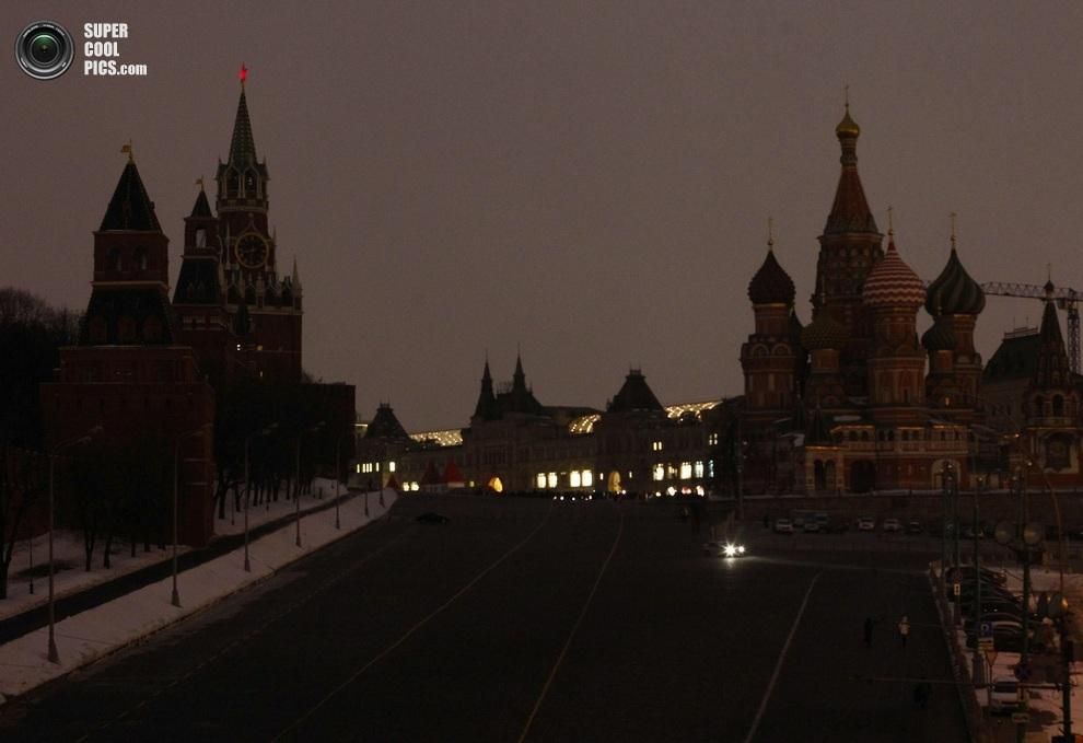 Центр российской столицы без подсветки. (REUTERS/Mikhail Voskresensky)
