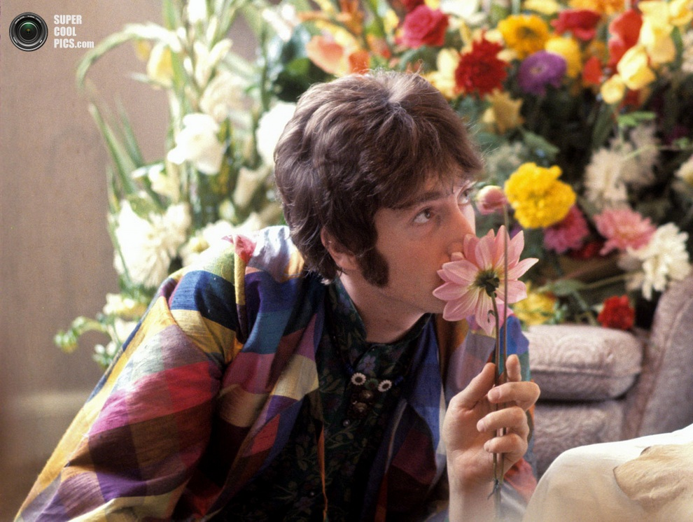 Джон Леннон вдыхает ароматы цветов на встрече с Махариши Махешем Йоги. (Henry Grossman)