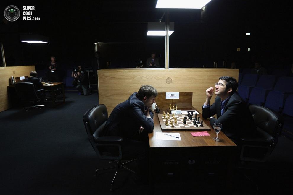 Александр Грищук, ссутулившись, обдумывает ситуацию на доске. (Oli Scarff/Getty Images)