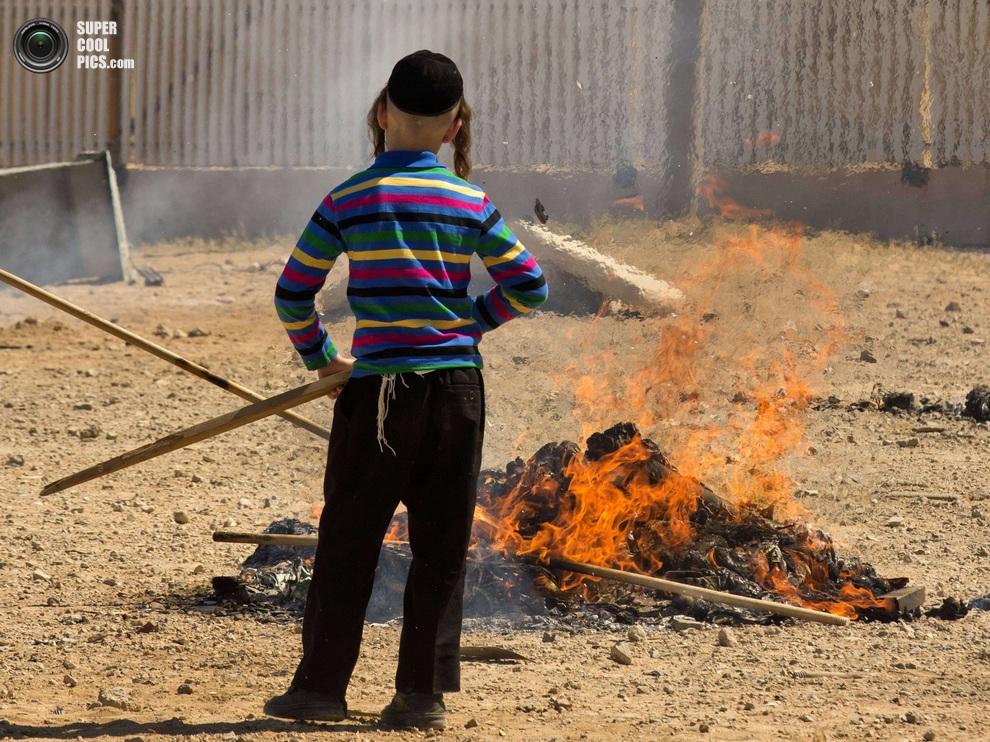 Парень в забавной полосатой кофте — детям не обязательно одеваться согласно традициям. (JACK GUEZ/AFP/Getty Images)