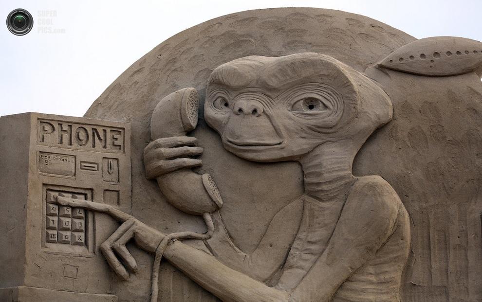Инопланетянин у аппарата. (Matt Cardy/Getty Images)