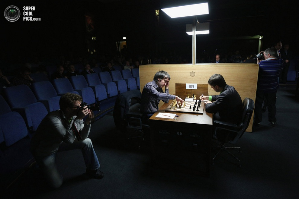 Назойливый фотограф у партии Теймура Раджабова и Петра Свидлера. (Oli Scarff/Getty Images)