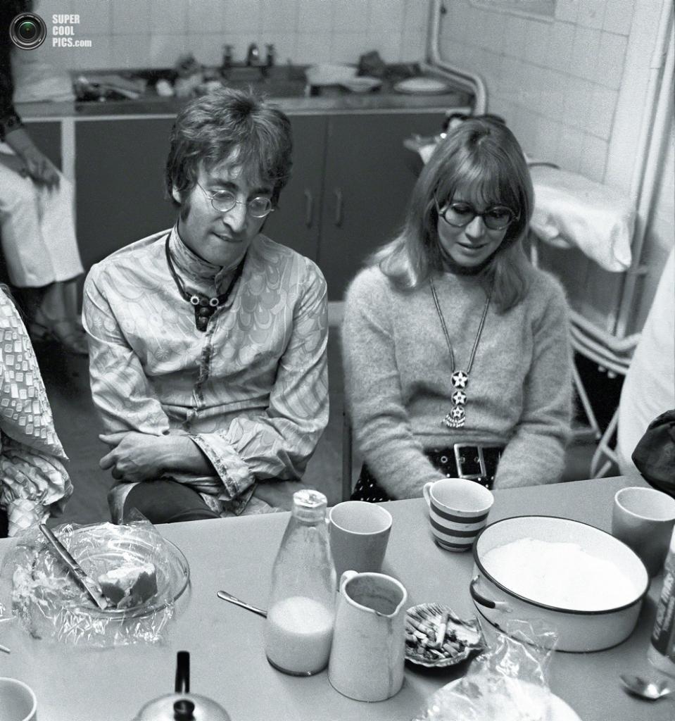 Джон Леннон и его первая супруга Синтия Леннон. (Henry Grossman)