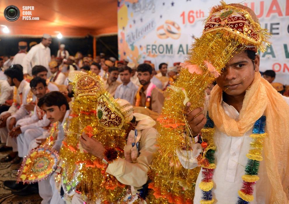 Ряды женихов. Среди них очень много молодых парней — это видно невооружённым глазом. (ASIF HASSAN/AFP/Getty Images)