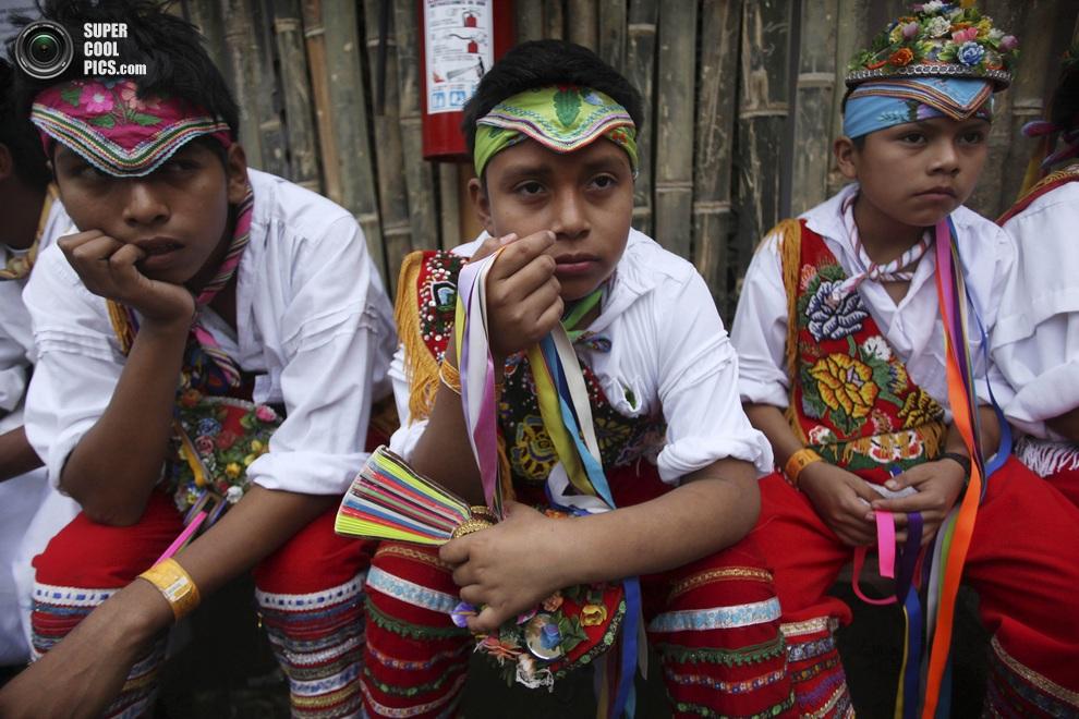 Юные потомки тотонаков в ожидании своего выхода. (AP Photo/Felix Marquez)
