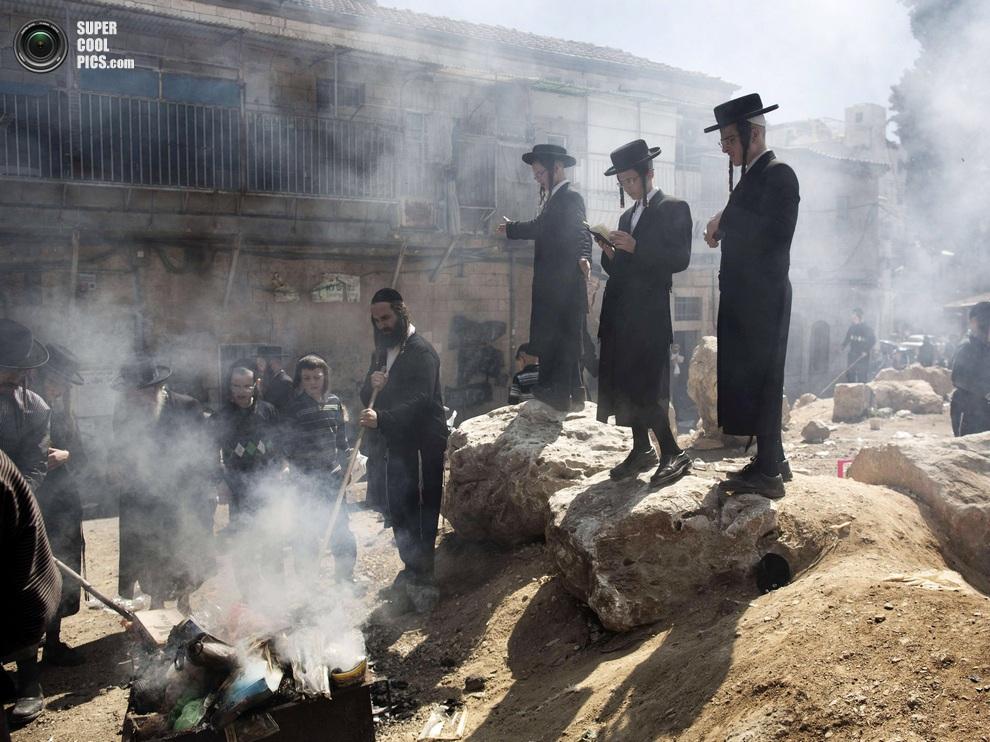 Улицы Иерусалима в сладковатом дыме квасных продуктов. (MENAHEM KAHANA/AFP/Getty Images)