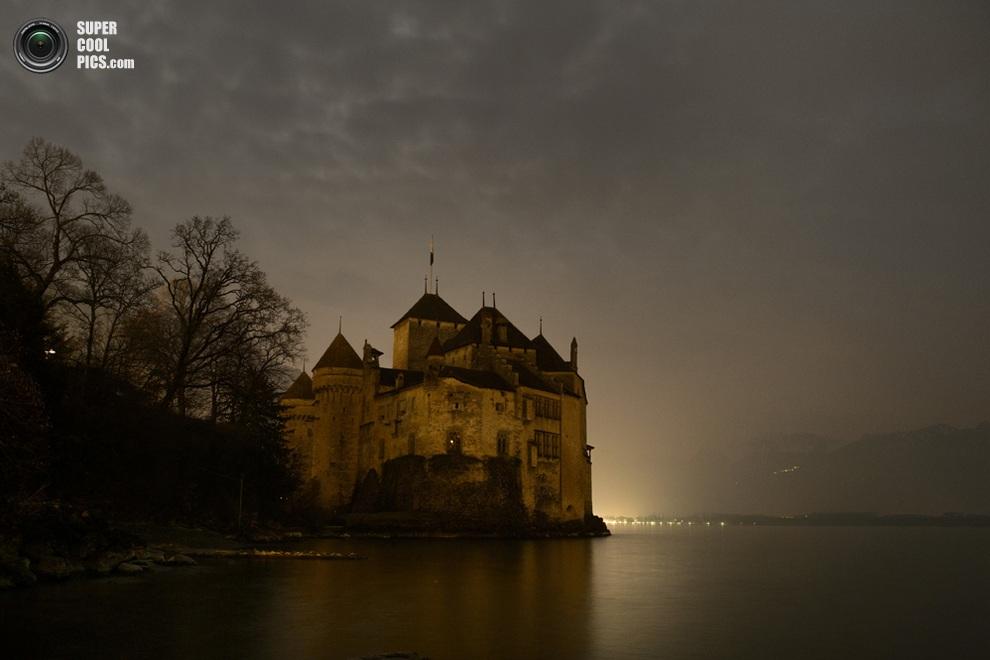 Шильонский замок у кромки Женевского озера, Швейцария. (FABRICE COFFRINI/AFP/Getty Images)