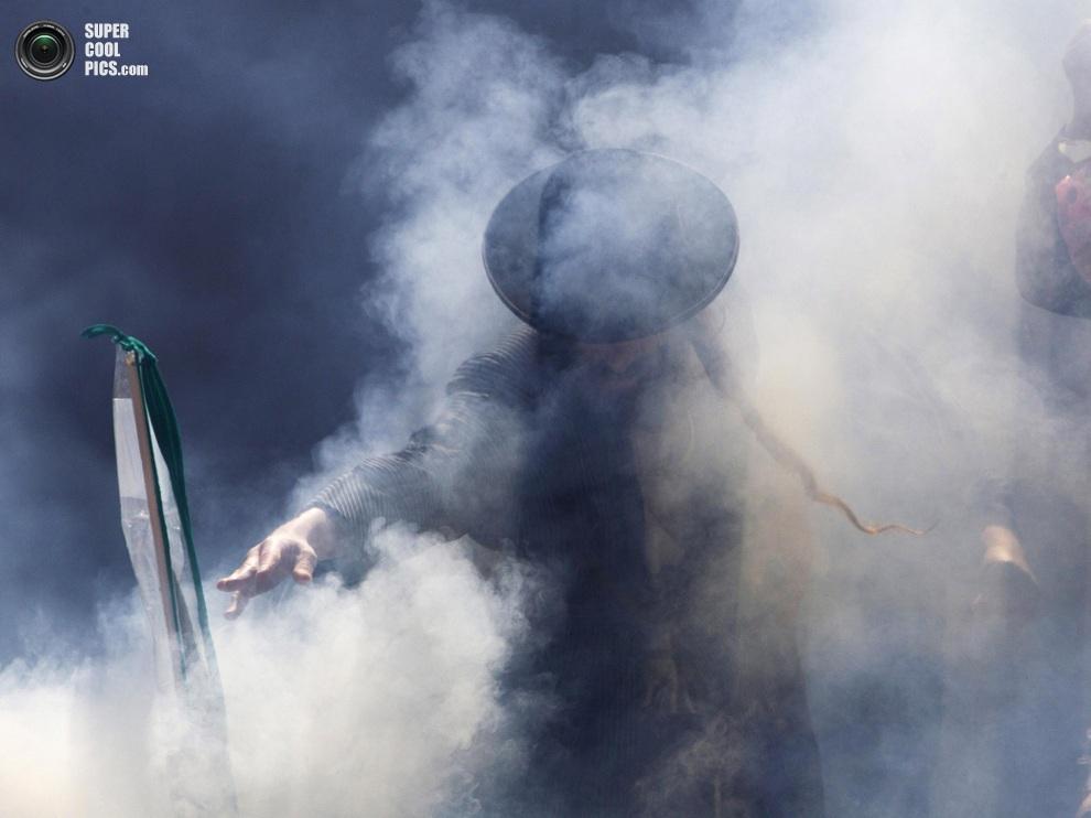 Ультраортодокс в клубах дыма, Меа-Шеарим, Иерусалим. (REUTERS/Ronen Zvulun)