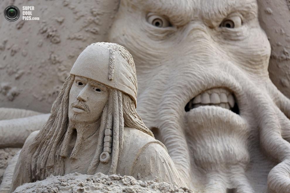 Дейви Джонс гневно смотрит на Джека Воробья. (Matt Cardy/Getty Images)