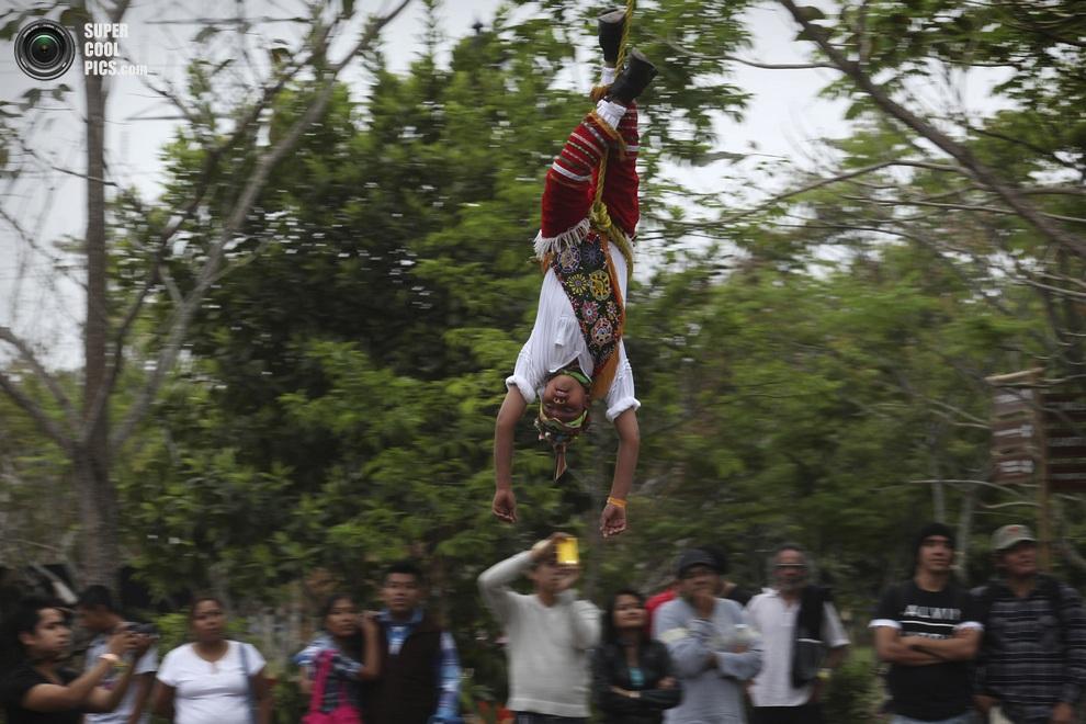 Традиционный тотонакский ритуал «летунов». (AP Photo/Felix Marquez)