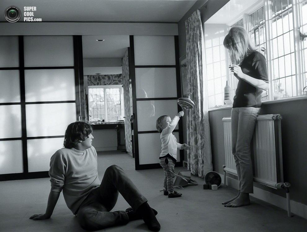 Джон Леннон в кругу семьи — сына Джулиана и жены Синтии. (Henry Grossman)
