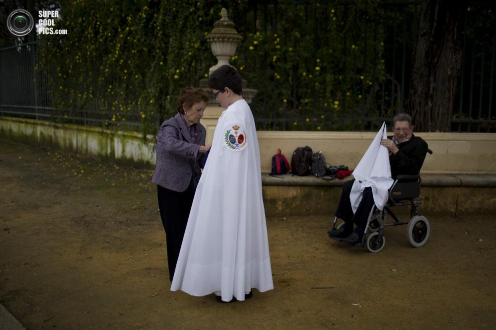 Родители готовят к шествию своё чадо школьного возраста. (AP Photo/Emilio Morenatti)