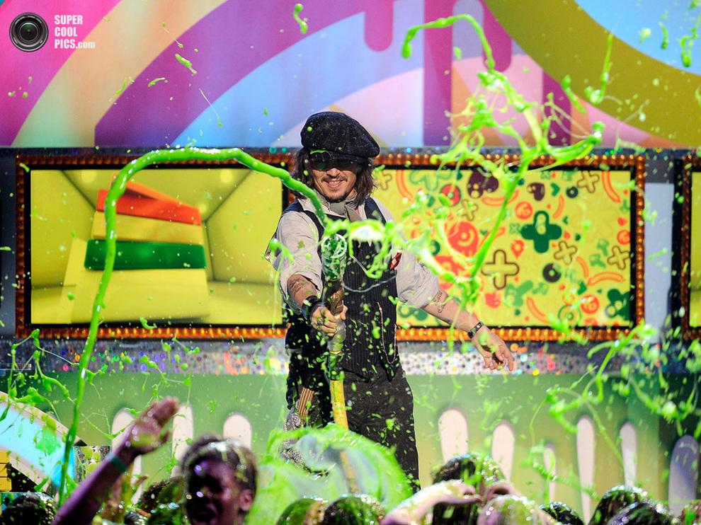 Джонни Депп поливает аудиторию «зелёной жижей» в отместку за то, что облить хотели его. (REUTERS/Phil McCarten)