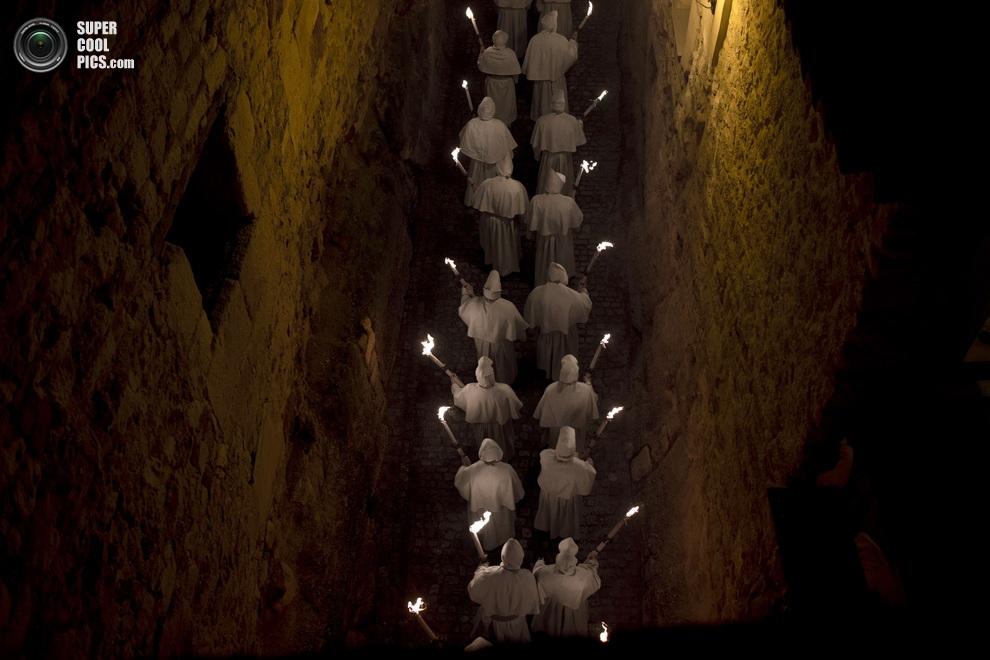 Ночное шествие «Кристо-де-ла-Буэна-Муэрте» улицами Саморы, автономное сообщество Кастилия и Леон, Испания. (AP Photo/Daniel Ochoa de Olza)