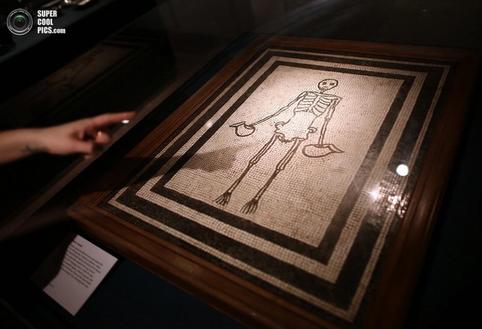 Мозаика в виде скелета с кувшинами. (Peter MacDiarmid/Getty Images)