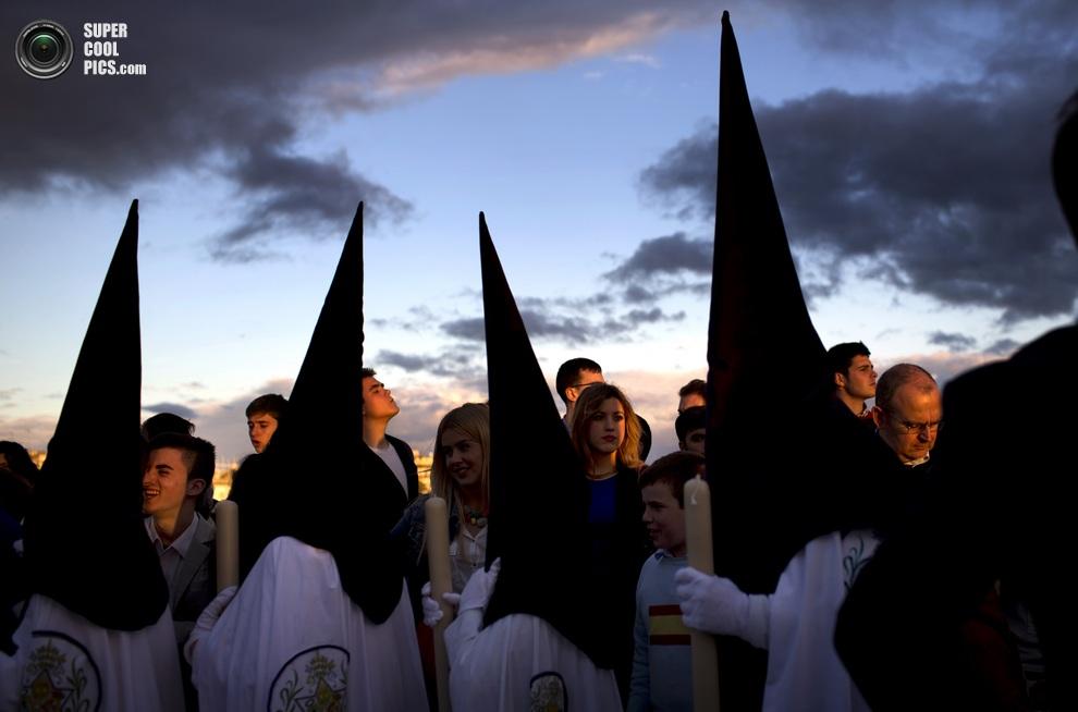 Кающиеся грешники братства «Ла-Эстрелья». (AP Photo/Emilio Morenatti)