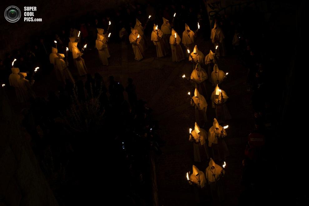 Вид с высоты птичьего полёта на ночное шествие со свечами-факелами. (AP Photo/Daniel Ochoa de Olza)