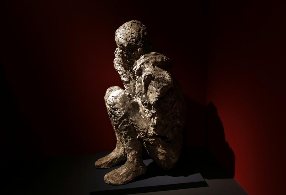 Фигура мужчины, погребённого под вулканическом пеплом Везувия. Она сделана путём заполнения пустоты в породе, которую когда-то занимало его тело. (AP Photo/Lefteris Pitarakis)