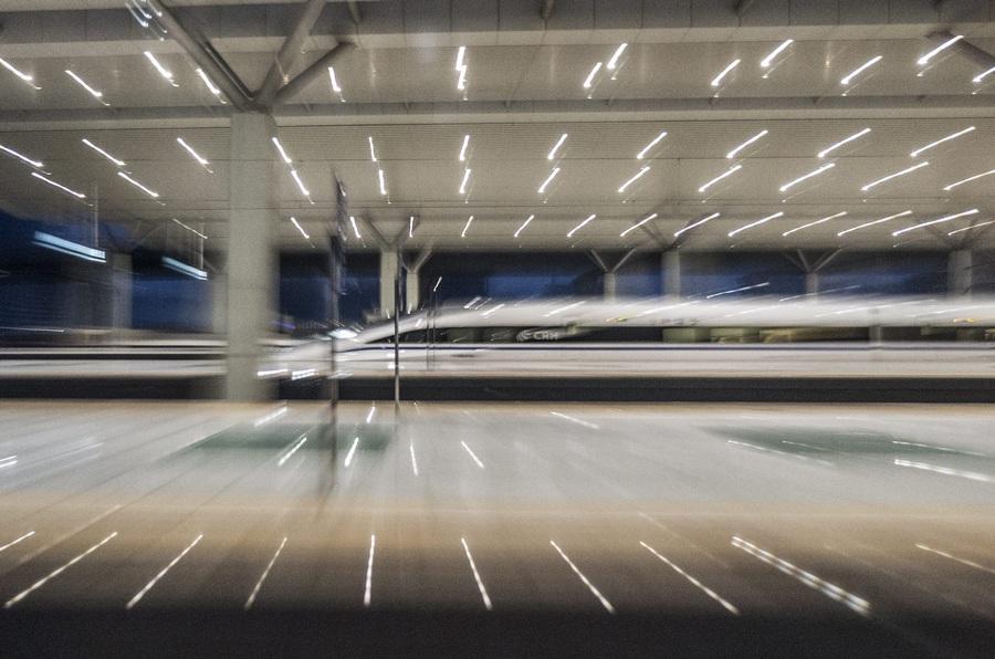 Китай. Чжэнчжоу, Хэнань. 2 апреля. Высокоскоростной поезд на станции, сфотографированный с зумом и выдержкой. (EPA/ИТАР-ТАСС/ADRIAN BRADSHAW)