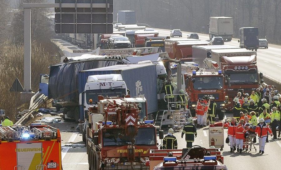 Германия. Хемелервальд, Нижняя Саксония. 3 апреля. Авария на шоссе A2. (EPA/ИТАР-ТАСС/GEOFFREY MAY)