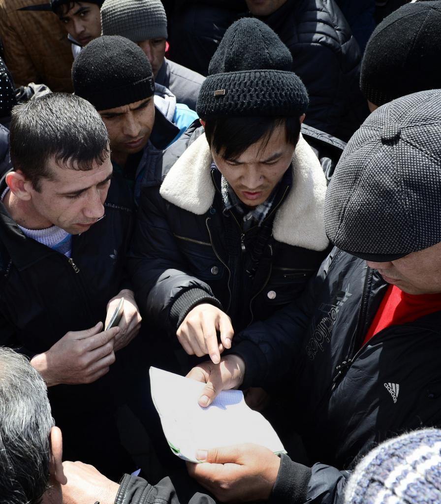 Очередь мигрантов у отделения УФМС во Владивостоке (6 фото)