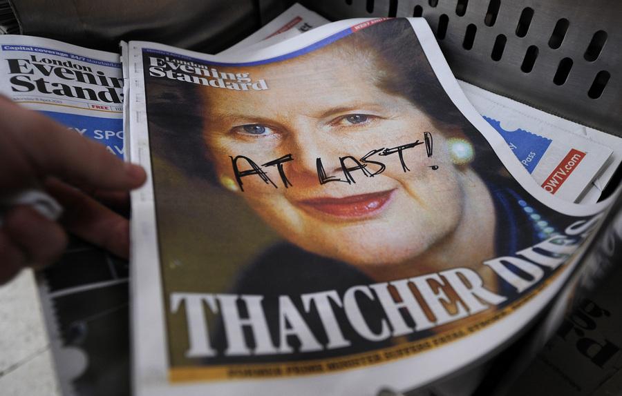 Англия. Лондон. 8 апреля. Газета London Evening Standart с Маргарет Тэтчер на первой странице, где кто-то сверху написал «наконец-то!». (EPA/ИТАР-ТАСС/ANDY RAIN)