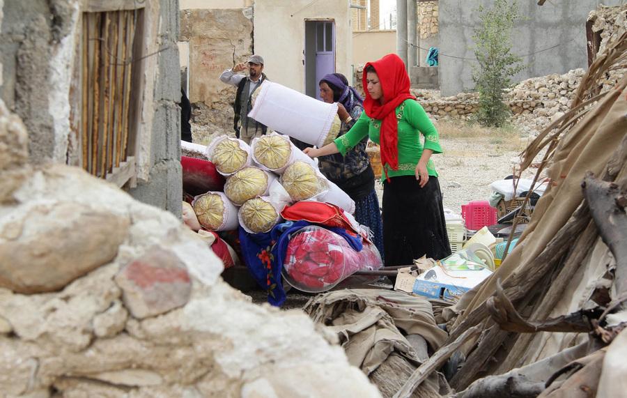 Иран. Шонбе, Бушир. 10 апреля. Женщины собирают пожитки на руинах своего дома после землетрясения магнитудой 6,3 балла. (EPA/ИТАР-ТАСС/MILAD RAFAT)