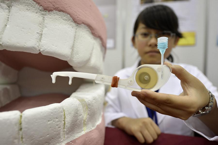 Швейцария. Женева. 10 апреля. Дженни Чэ из Тайваня презентует экологичную зубную нить во время 41-й Международной выставки инноваций. (EPA/ИТАР-ТАСС/MARTIAL TREZZINI)
