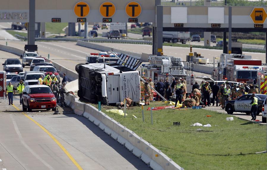 В Техасе перевернулся пассажирский автобус (4 фото)