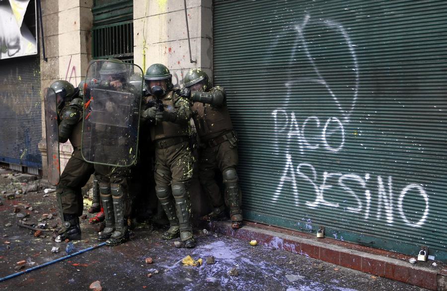 Беспорядки во время студенческих акций протеста в Чили (10 фото)
