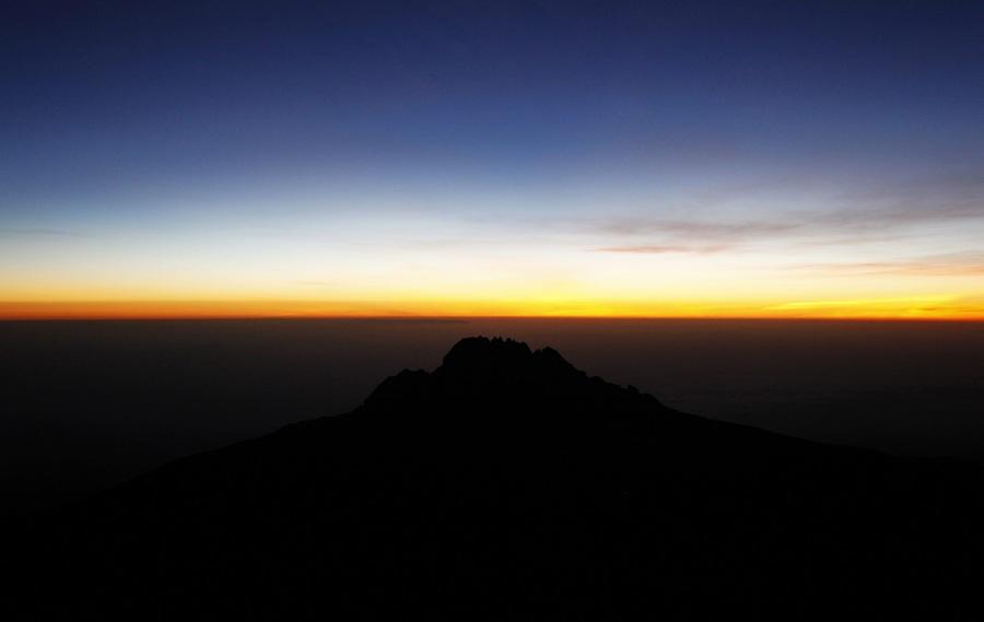 Танзания. Килиманджаро. 14 февраля. Пик Мавензи на восходе Солнца, видимый с вершины Кибо. (EPA/ИТАР-ТАСС/GERNOT HENSEL)
