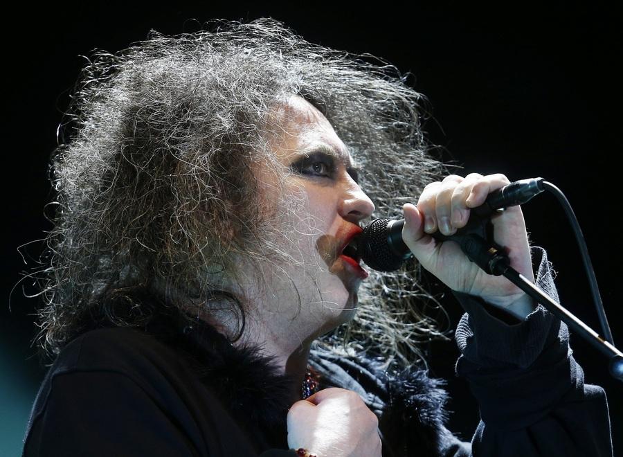 Чили. Сантьяго. Концерт британской рок-группы The Cure на 60-тысячном стадионе «Насиональ де Чили». (EPA/ИТАР-ТАСС/FELIPE TRUEBA)