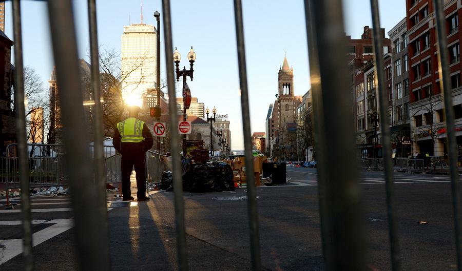 США. Бостон, Массачусетс. 16 апреля. Сотрудник правоохранительных органов на месте двух взрывов. (ИТАР-ТАСС/EPA/JUSTIN LANE)