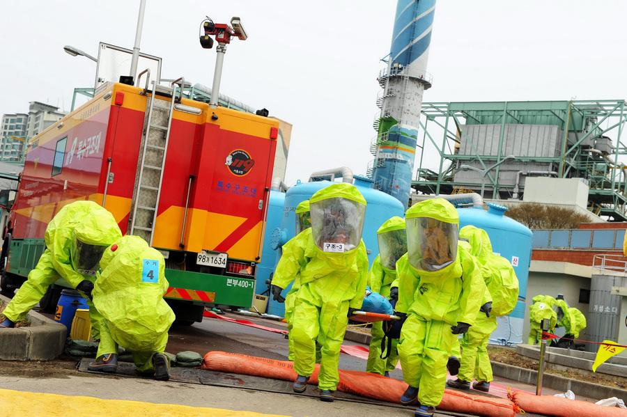 Южная Корея. Сеул. 16 апреля. Антитеррористические учения вследствие напряженных отношений с Северной Кореей. (EPA/ИТАР-ТАСС/LEE JUN-SANG)