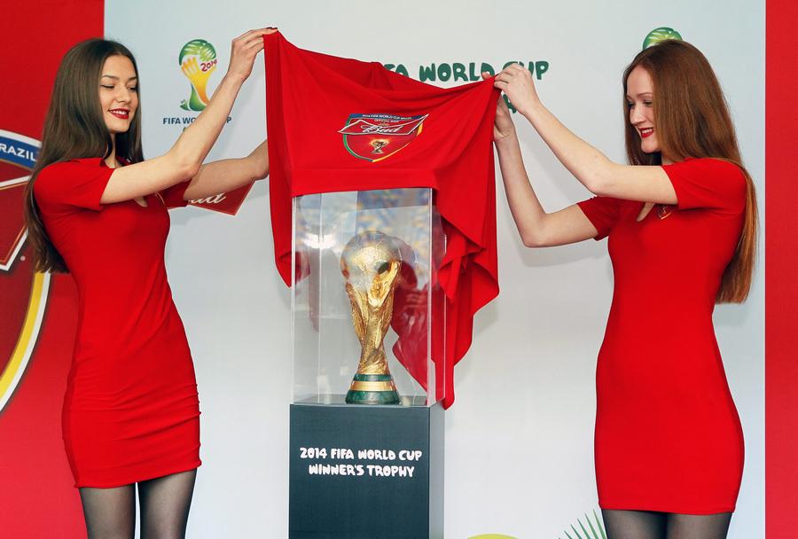 В Киеве презентовали Кубок мира ФИФА 2014 года (3 фото)