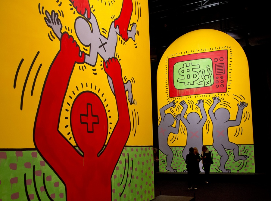 Франция. Париж. 19 апреля. Инсталляция «Десять заповедей» 1985 года на выставке Кита Харинга из серии «Политическая линия». (EPA/ИТАР-ТАСС/IAN LANGSDON)