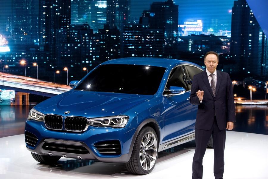 Китай. Шанхай. 21 апреля. Директор по продажам BMW доктор Иэн Робертсон представляет концептуальный кроссовер BMW X4. (EPA/ИТАР-ТАСС/WU HONG)