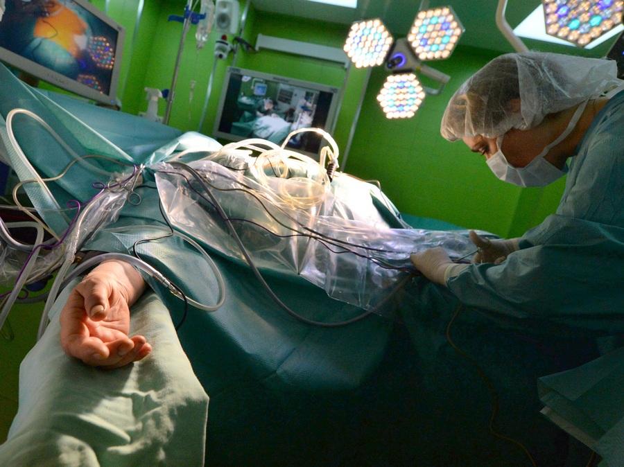 Проведение операции в новой операционной Первого МГМУ им. И.М. Сеченова (9 фото)